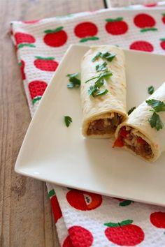 Mexicaanse burrito's met gehakt, paprika en rijst Lunch Recipes, Mexican Food Recipes, Cooking Recipes, Healthy Recipes, Ethnic Recipes, Healthy Food, Taco Wraps, Pizza Wraps, Tortilla Burrito