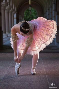 Pretty pose and tutu. Ballet, tutus, and pink pointe shoes, love it!