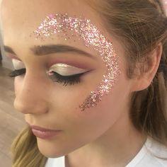 Glitter and shimmer Coachella Makeup, Coachella Hair, Body Glitter, Glitter Makeup, Glitter Face Festival, Glitter Carnaval, Karneval Diy, Gold Makeup Looks, Makeup Tumblr