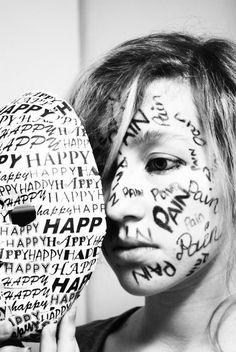 Dit meisje is im strijd met haar eigen gevoelens. Haar hele gezicht staat vol pijn maar ze zet een masker op waar blij op staat. Veel mensen doen zich anders voor dan ze zich werkelijk voelen.