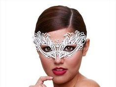 Snow queen Venetiaans masker | Willie.nlHet Snow queen masker van Baci is een Venetiaans masker. Het masker is gemaakt van metaal en heeft een symmetrische vorm. Het model is luchtig en heeft een perfecte pasvorm. Het metaal is wit gelakt en is afgewerkt met kleine kristallen. Hierbij zitten de meeste kristallen op het neus gedeelte. Het masker is aan de achterkant met twee satijnen linten vast te knopen.