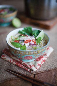 YUMMY Vietnamesische Nudelsuppe mit Hühnchen (- Donal Skehan, Easy Kitchen / © Hölker Verlag, Münster)