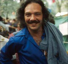 Larry Harlow cuyo nombre verdadero es Lawrence Ira Kahn, es un artista e intérprete compositor y productor, Estadounidense de son cubano, son montuno, jazz afrocubano, mambo, guaracha, chachachá, salsa.