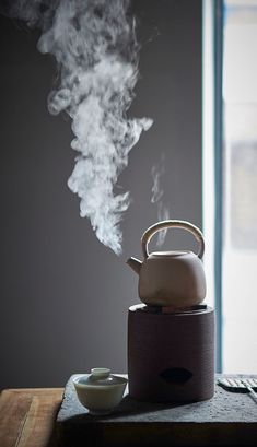 A heavy autumn rain brought fresh air to us. Have a cup of tea to warm yourself. A heavy autumn. Chinese Tea Room, Tea Wallpaper, Thé Oolong, Tea Culture, Japanese Tea Ceremony, Tea Art, Tea Infuser, My Tea, Tea Cups