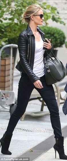 Una chaqueta de cuero nunca va a pasar de moda, y es fundamental en el closet de una mujer para crear un look rockero y sexy.