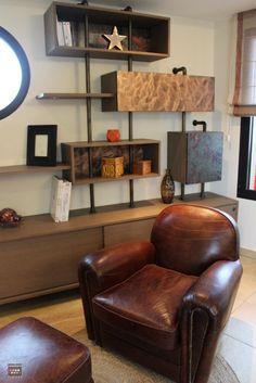 décoration industrielle chaleureuse, fauteuil orange, décoration bois et métal, bibliothèque sur mesure, agencement original, agencement bois et métal