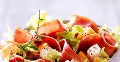 Salade, melon, fromage de brebis et jambon de Bayonne - Recette de Salade, melon, fromage de brebis et jambon de Bayonne - Magicmaman.com Salade Caprese, C'est Bon, Buffets, Food, Poultry, Salads, Recipes, Kitchens, Salt