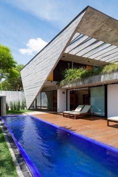 O grande destaque da Casa G A, que tem projeto original dos arquitetos Carlos Lemos e Eduardo Corona e reforma assinada pelo escritório Stuchi