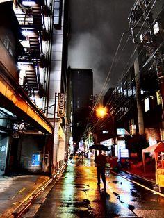 雨の裏通りからベルバラを臨む