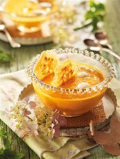 Crema de zanahoriaRaciones: 4 Per. Tiempo: 20 Min. Calorías: 290 Kcal  Ingredientes  1/2 kg de zanahorias 1 cebolla 2 naranjas 60 g de mantequilla 1 cucharada de harina 400 ml de caldo de pollo 100 ml de nata líquida 50 g de queso parmesano rallado 20 g de piñones Sal Pimienta