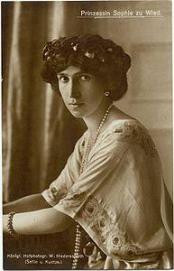 Sofia Elena Cecilia di Schönburg-Waldenburg.Nata 21 maggio 1885 + 3 febbraio 1936.Sposò Guglielmo di Wied il 30 novembre 1906. In Albania ebbe il titolo di Regina (Mbretershe) dal 1914 al 1925. Il titolo però non era riconosciuto dalle potenze Europee che invece la consideravano Principessa Consorte d'Albania. Aveva una remota ascendenza Albanese da Ruxandra Ghica, figlia di Grigore Ghica. Contribuin molto a far avere al marito la Corona, tramite la grande confidenza ch aveva con Elisabetta