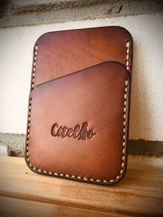 Photo Diy Leather Projects, Leather Diy Crafts, Leather Gifts, Leather Craft, Leather Wallet Pattern, Leather Pouch, Leather Purses, Diy Leather Card Holder, Minimalist Leather Wallet