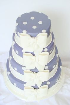 Cute bows on this wedding cake