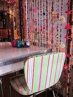 beaded curtains with flowers Cortina Boho, Boho Beautiful, Boho Life, Beaded Curtains, Hand Art, Crochet Home, Eclectic Decor, Bohemian Decor, Wind Chimes