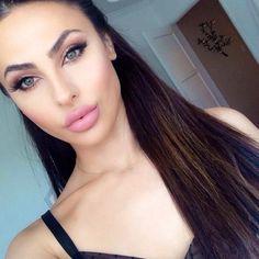 Natural makeup, she looks like Angelina Jolie!