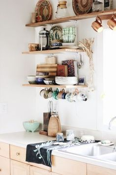 If you are looking for Bohemian Style Kitchen Decor Ideas, You come to the right place. Below are the Bohemian Style Kitchen Decor Ideas. This post ab. Home Decor Accessories, Kitchen Accessories, Bohemian Kitchen Decor, Eclectic Kitchen, Kitchen Rustic, Wooden Kitchen, Bohemian Decor, Cuisines Design, Open Shelving