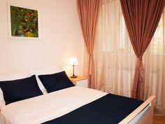 Apartamento tranquilo a corto plazo, en el centro de Bucarest. Curtains, Home Decor, Bucharest, Banks, House Decorations, Centre, Home, Blinds, Decoration Home
