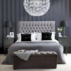 A blogueira Camila Camargo postou essa foto e perguntou aos seus leitores o que eles achavam da combinação preto e branco no quarto. É elegante! Aqui, o papel de parede tem os mesmos tons usados na cabeceira de matalassê e na roupa de cama.