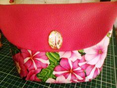 Bolsa Necesserie - Bolsa em tecido e vinil forrada também em tecido estampado, muito útil para colocar dentro das malas com os acessórios diversos. pode ser utilizada como bolsa de cosméticos. Fecho de mola e botão decorativo.