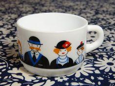 Tasse-ARCOPAL-decor-famille-retro-rare-collector-vintage-annees-70 / Rare retro family decor ARCOPAL milkglass cup - French 70s vintage