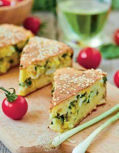 Pentru o cină în familie această plăcintă cu brânză și ouă este perfectă. Plăcinta poate fi luată și la pachet, la școală sau la serviciu!