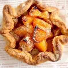 今日は母の誕生日♡ いつか作りたいと思っていたオープンアップルパイスコーンのようなパイのようなサクッとした生地に程よく甘いリンゴのフィリングを包んで焼きました(❁´3`❁) 焼きたてを実家に、、 姉と姪っ子と仲良く食べました おいしーー - 62件のもぐもぐ - オープンアップルパイ(⌯˘̤ ॢᵌ ू˘̤)യ✯ஐ by coconutssun