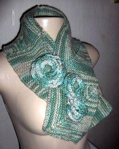 Cachecol Scraf em tricot diagonal em tom matizado verde com pregadeiras removiveis em crochet, com fio de espessura fina.Pronta-Entrega. R$ 49,90
