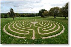 Turf Labyrinth, 2008, Università del Kent, Canterbuty, Inghilterra. Progettato da Labyrinthos, costruito da The Labyrinths Builders.