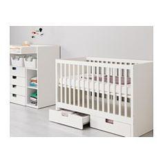 IKEA - STUVA, Spjälsäng med lådor, Sängbottnen kan monteras i två olika höjdlägen.En spjälsida kan monteras bort när barnet blir större och själv kliver i/ur spjälsängen.Ditt barn kan sova både tryggt och bekvämt eftersom de slitstarka materialen i spjälsängsbottnen har testats för att ge kroppen rätt stöd.Spjälsängsbottnen har bra ventilation med god luftcirkulation vilket gör att ditt barn får ett behagligt sovklimat.