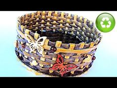 Basket of magazine/newspaper rolls, glue, cardboard and paint. Very good tutorial. Newspaper Basket, Newspaper Crafts, Dad Crafts, Diy And Crafts, Good Tutorials, Cardboard Crafts, Paper Jewelry, Weaving Patterns, Recycled Crafts