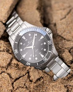 With a sporty look and high functionality, the Khaki Navy Scuba Quartz 37mm keeps perfect time at the beach or in the ocean. Available in a variety of dial and strap options, this unisex dive watch adds a nautical vibe to any style.
