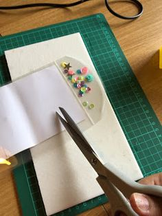 Scrapbookingitalia: Tutorial mini block notes Midori Agenda, Scrapbook Albums, Happy Planner, Washi, Diy Art, Mini Albums, Plastic Cutting Board, Cardmaking, Paper Crafts