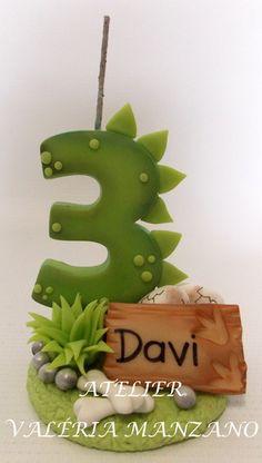 VELA TEMA DINOSSAUROS. FAÇO OUTROS TEMAS. Dinosaur Birthday Cakes, Dragon Birthday, Dragon Party, Dinosaur Cake, Dinosaur Party, 2nd Birthday Pictures, Fondant Numbers, Die Dinos Baby, Dino Cake