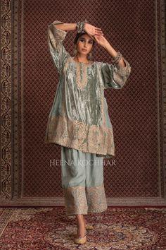 Pakistani Dress Design, Pakistani Dresses, Afghani Clothes, Indian Fashion Dresses, Green Velvet, Designer Dresses, Sabyasachi, Saree, Fashion Design