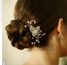Sarah wore a vintage-inspired hairpin set low on the side, which complemented the embroidery on her gown.