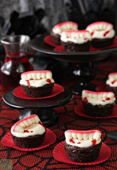 rezepte halloween, cupcakes mit weißer buttercreme und geleebonobns in form von… halloween recipes, cupcakes with white buttercream and jellybeans in the form of vampire teeth Halloween Cupcakes, Bolo Halloween, Halloween Torte, Halloween Brownies, Postres Halloween, Recetas Halloween, Halloween Sweets, Halloween Food For Party, Halloween Birthday