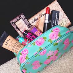 could make makeup bags for christmas! All Things Beauty, Beauty Make Up, Girly Things, Girly Stuff, Make Makeup, Kiss Makeup, Makeup Case, Pretty Makeup, Makeup Items