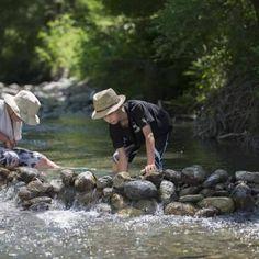 Les enfants adorent la rivière qui borde le camping, ils passent leurs journées à y construire des petits barrages.