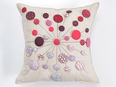 We love Tula Pink, and this cushion pattern will show you why. She is famous for her fabric designs and her modern quilt techniques. Her designs are very fun and fresh including this adorable lollipop cushion pattern. These little lollipops are so sweet they might actually give you a toothache. Check our DIY platform to see how to DIY