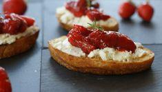 Süß- saurer Sommersnack: Ziegenkäse-Bruscetta mit Erdbeerchutney, von ewe. Cheesecake, Desserts, Food, Pies, Cakes, Strawberries, Dessert Ideas, Simple, Meal