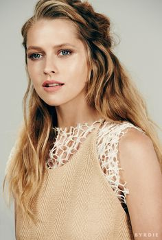 Teresa Palmer's natural makeup look, beachy waves, and coral matte lip