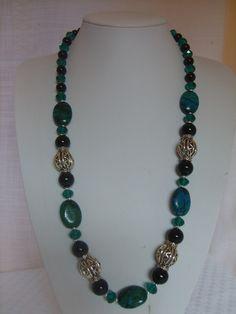 Collar de jadeita y cristales facetados de color verde con perlas negras de cristal