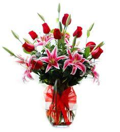 FLORERO ROSALI   (Código F006)   Consta de Lilium, Rosas con florero de vidrio, disponibles en varios colores.  Valor: $ 37.990