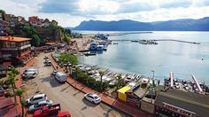 Amasra iskele mevkii,Çeşm-i Cihan Balık Lokantası ve çekeklerinde sandallar...
