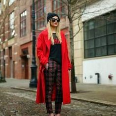 Atlantic-Pacific: Red oversized trench coat, black beanie, black heels, plaid/tartan pants and that red lipstick! Look Street Style, Street Chic, Pantalon Tartan, Mode Outfits, Fashion Outfits, 30 Outfits, Tartan Pants, Plaid Pants Outfit, Winter Mode