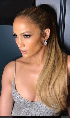 Who made Jennifer Lopez's jewelry and silver sequin dress?