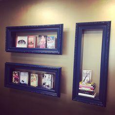 Sista möte på Bonniers inför lansering som jag snart får berätta mer om! Och där jag hittade denna fiffiga förvaring i mötesrummet där vi satt;) Ha en trevlig helg! #tavelram #lansering #smartförvaring #förvaringsdrottningen #böcker #bokhylla