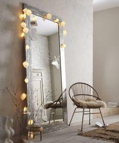 grand miroir argent juste posé + possible application de la lumière j'adore la chaise avec la peau dessus: