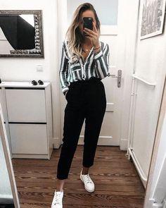 Look de trabalho, calça jogging preta, camisa listrada e tênis branco.