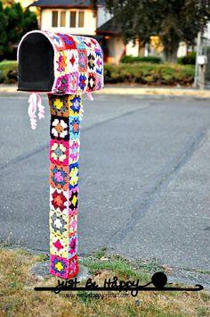 Yarn Bombing, Art Au Crochet, Knit Crochet, Guerilla Knitting, Granny Squares, Art Yarn, Crochet Granny, Yarn Crafts, Knitting Yarn